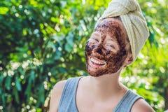 La pelle del fronte sfrega Il ritratto della maschera di modello femminile sorridente sexy di Applying Natural Coffee, fronte sfr immagini stock