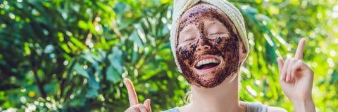La pelle del fronte sfrega Il ritratto della maschera di modello femminile sorridente sexy di Applying Natural Coffee, fronte sfr immagine stock libera da diritti