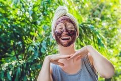 La pelle del fronte sfrega Il ritratto della maschera di modello femminile sorridente sexy di Applying Natural Coffee, fronte sfr fotografia stock libera da diritti
