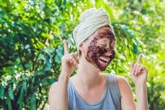 La pelle del fronte sfrega Il ritratto della maschera di modello femminile sorridente sexy di Applying Natural Coffee, fronte sfr fotografia stock