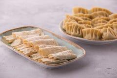 La pelle del tofu degli gnocchi del pollo è servito sul piatto con la salsa di soia fotografia stock libera da diritti