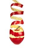 La pelle di Apple in un nastro di misurazione di forma a spirale Fotografia Stock