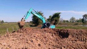 La pelle rétro a creusé un étang pour stocker l'eau pour l'usage pendant clips vidéos