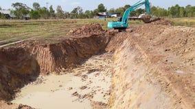 La pelle rétro a creusé un étang pour stocker l'eau pour l'usage pendant banque de vidéos