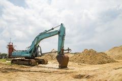 La pelle rétro fonctionne dans le chantier de construction images stock
