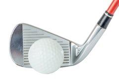 La pelota de golf de la acción delante del putter del golf en el fondo blanco, va Imagen de archivo libre de regalías