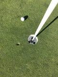 La pelota de golf hizo una abolladura imagenes de archivo