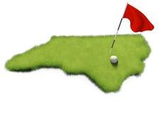 La pelota de golf y la asta de bandera en putting green del curso formaron como el estado de Carolina del Norte Fotos de archivo libres de regalías