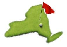 La pelota de golf y la asta de bandera en putting green del curso formaron como el estado de Nueva York Fotos de archivo libres de regalías