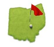 La pelota de golf y la asta de bandera en putting green del curso formaron como el estado de Ohio Fotografía de archivo libre de regalías