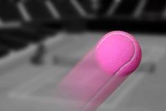 La pelota de tenis subió moviéndose Imagenes de archivo