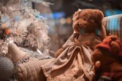 La peluche joue se reposer sur le sofa près de l'arbre de Noël Images libres de droits