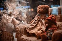 La peluche joue se reposer sur le sofa près de l'arbre de Noël Photo libre de droits
