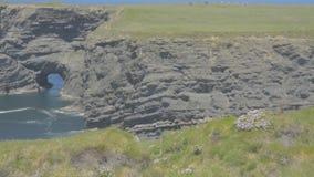 La penisola della testa di ciclo, Clare ad ovest, Irlanda che mostra le rocce e le scogliere ha scolpito dall'Oceano Atlantico It archivi video