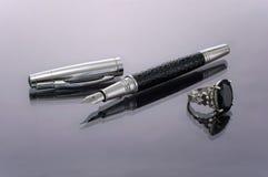 La penna con la punta tolta e l'argento squillano Immagini Stock