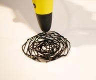 La penna dell'uomo 3d disegna un cerchio su Libro Bianco Fotografia Stock