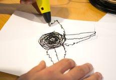 La penna dell'uomo 3d estrae un fiore su Libro Bianco Immagini Stock