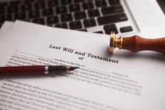 La penna ed il bollo pubblici del ` s del notaio sul testamento e sull'ultimo  fotografia stock