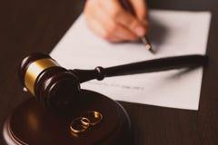 La penna ed il bollo pubblici del ` s del notaio sul testamento e sull'ultimo  immagine stock libera da diritti
