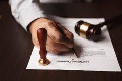 La penna ed il bollo pubblici del ` s del notaio sul testamento e sull'ultimo  immagini stock libere da diritti