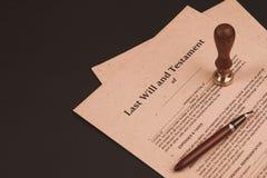 La penna ed il bollo pubblici del ` s del notaio sul testamento e sull'ultimo  Notaio fotografia stock