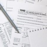 La penna ed il taccuino è bugie sulla forma di imposta U 1040 S Individua Fotografia Stock
