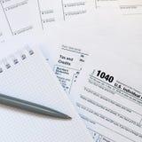 La penna ed il taccuino è bugie sulla forma di imposta U 1040 S Individua Immagini Stock