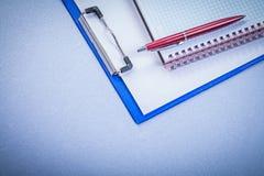 La penna rossa di brio ha controllato il concetto dell'ufficio del blocco note di ricordo Fotografie Stock Libere da Diritti