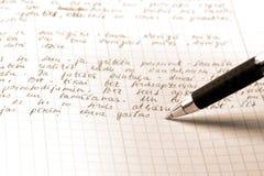 La penna scrive il testo su un documento quadrato Immagine Stock