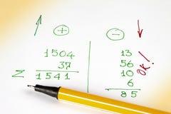 La penna si trova su un foglio di carta con i calcoli finanziari Spese, ricevute e profitti fotografia stock