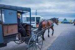 La Pennsylvanie, Etats-Unis, AVRIL, 18, 2018 : Vue extérieure d'homme non identifié conduisant un chariot avec des erreurs amish  images libres de droits
