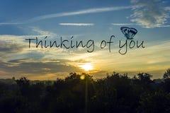 La pensée à vous cardent Beau ciel avec un Soleil Levant Image stock