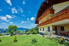 La pensión austríaca en montañas acerca al lago del mondsee Fotos de archivo