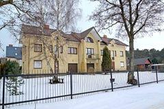 La pensión en día de invierno Región de Kaliningrad Fotos de archivo libres de regalías