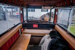 La Pensilvania, U.S.A., 18 APRILE, 2018: La vista dell'interno del carrozzino di Amish con un cavallo ha parcheggiato in un depos Fotografia Stock Libera da Diritti
