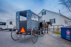 La Pensilvania, U.S.A., 18 APRILE, 2018: La vista della parte posteriore del carrozzino di Amish con un cavallo ha parcheggiato i Fotografie Stock Libere da Diritti
