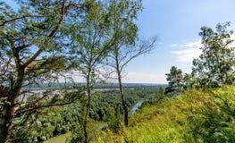 La pente au-dessus de la rivière Photographie stock libre de droits