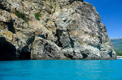La pente de la montagne par la mer Image stock