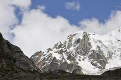 La pente de montagne blanche comme neige Photographie stock libre de droits
