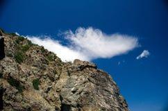 La pente de montagne sur le fond du ciel Image stock