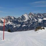 La pente de ski et les montagnes du Churfirsten s'étendent Photos libres de droits