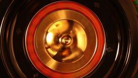 La pequeña bola cae en ranura mientras que la rueda de ruleta hace girar almacen de video