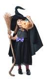 La pequeña bruja muestra el caramelo recogido Imagen de archivo libre de regalías
