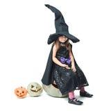 La pequeña bruja se sienta en una calabaza Imagenes de archivo