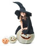 La pequeña bruja se sienta en una calabaza Imagen de archivo libre de regalías