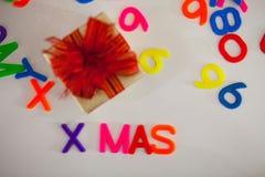 La pequeña caja de regalo y el alfabeto colorido del ABC bloquean letras plásticas, Fotos de archivo