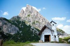 La pequeña capilla en dolomías acerca a la cortina Imágenes de archivo libres de regalías