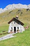 La pequeña capilla en las montañas Fotografía de archivo