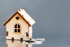 La pequeña casa al lado de las llaves Símbolo de emplear una casa para el alquiler, vendiendo un hogar, comprando un hogar, una h Imagen de archivo