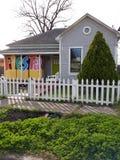 La pequeña casa cerca de San Antonio céntrico se prepara para la semana de la fiesta imagen de archivo libre de regalías
